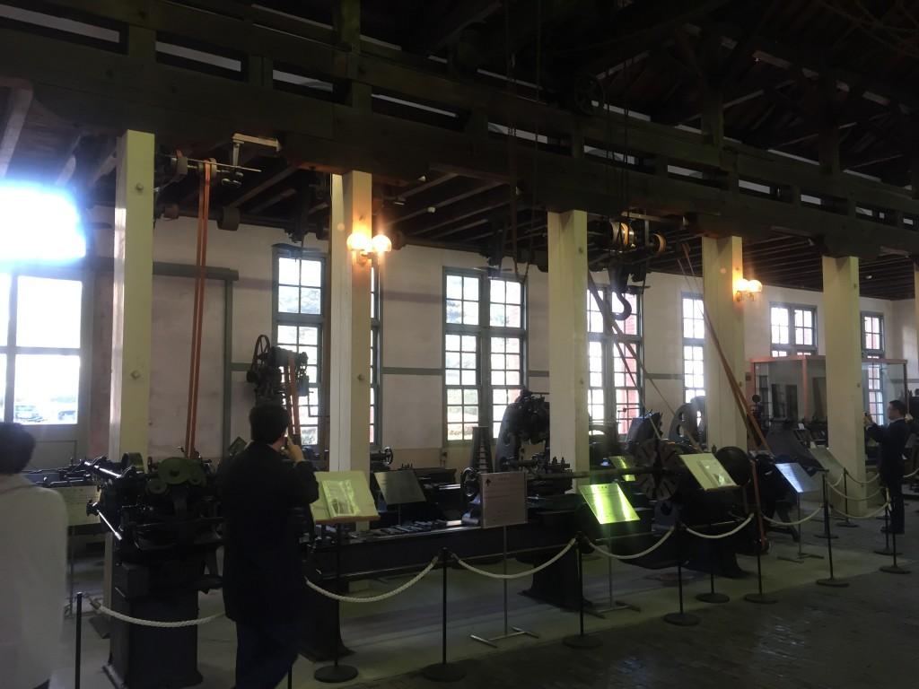 資料館の中には15尺旋盤(1906年購入)プレーナー(1906年購入)など100年以上経過した鋼s買う機会が全て胴体保存されている