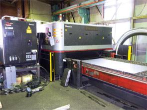 画像:3台のレーザマシンを2シフトで24時間フル稼働