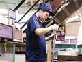 画像:内定先、アマダのユーザーで板金加工を学ぶ女子学生
