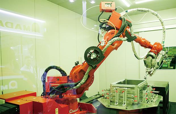 画像:溶接工程のIoT対応・ロボット化がすすむ