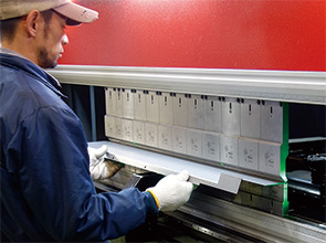 画像:金型段取りの自動化・自動角度出しによりアセンブリー加工に対応