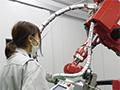 画像:女性パート社員が最新のマシンを自在に操作