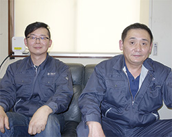 青木隆専務(右)と田村繁紀製造部長(左)