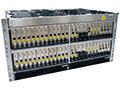2019年7月からNTTドコモ向けに納入を開始した富士通の5G基地局制御装置(左)と5G無線装置(右)