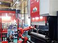画像:曲げロボット、ATC装備のベンディングマシンで自動化を推進